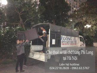 Xe tải chở hàng tại phố Hàng Khay